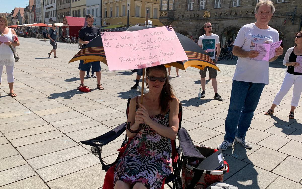 Die Demonstranten haben auch Plakate in Bayreuth dabei. Foto: Katharina Adler