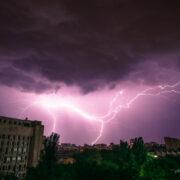 Warnung vor schweren Unwettern in Bayreuth Stadt und Landkreis. Es werden heftige Gewitter erwartet. Symbolfoto: Andrii Ganzevych/unsplash