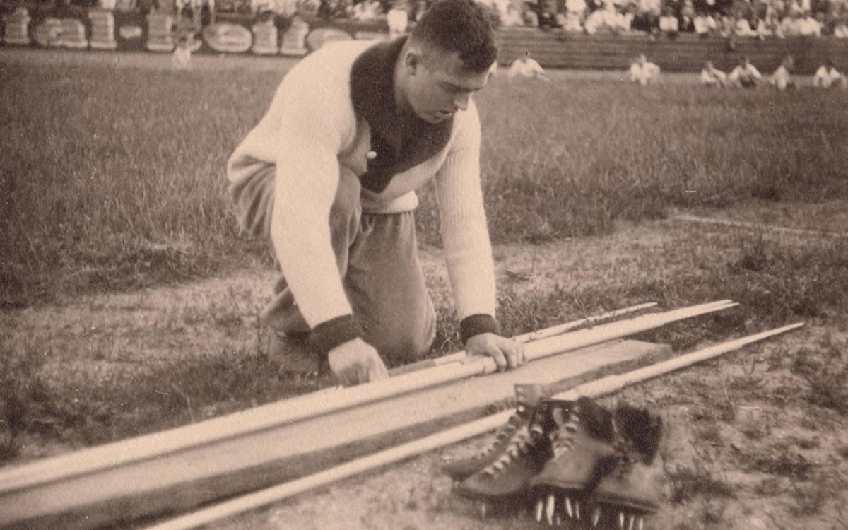Gottfried Weimann sortiert sein Equipment. Foto: Archiv Stephan Müller / Familie Weimann