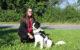 Die Leiterin der Ergotherapie am Bayreuther Bezirkskrankenhaus Kristina Blum mit dem Therapiehund Murphy. Foto: Bezirkskrankenhaus Bayreuth