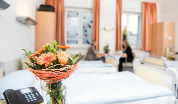 Im Bezirkskrankenhaus Bayreuth gelten durch die Corona-Pandemie ab Montag weitere Regeln für einen Besuch. Archivfoto: GeBO