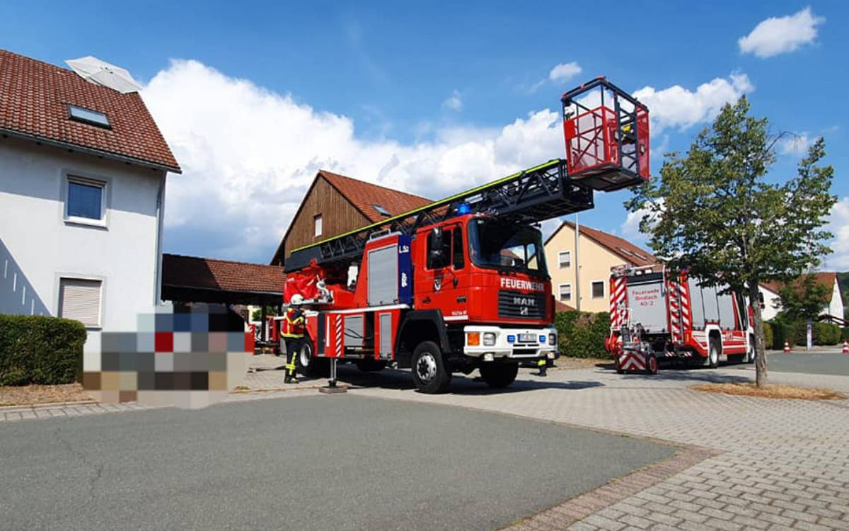 Kurioser Einsatz der Feuerwehr Bindlach. Sie haben einen Sonnenschirm von einem Dach gerettet. Foto: Feuerwehr Bindlach