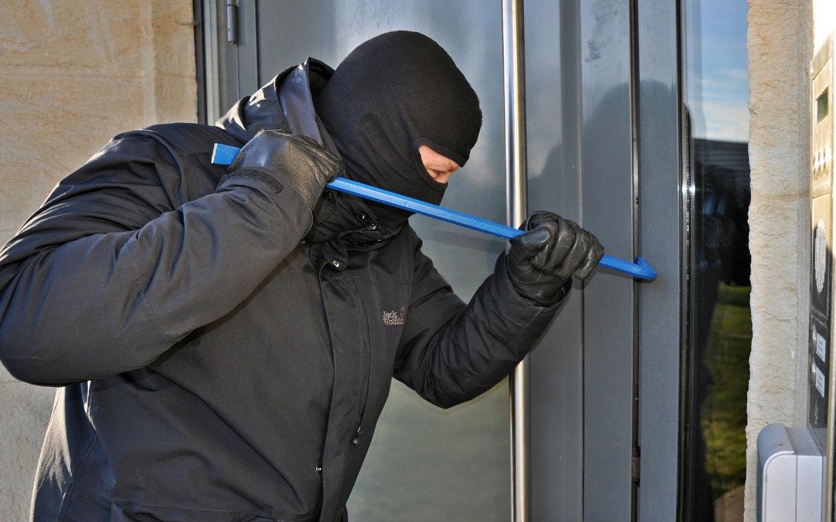 Unbekannte brechen in ein Mehrfamilienhaus in Bayreuth ein und stehlen Schmuck. Symbolfoto: pixabay