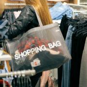 Eine Frau kauft Klamotten. Foto: pixabay