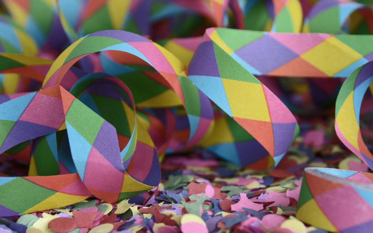 Luftschlangen und Konfetti auf einem Tisch. Foto: pixabay
