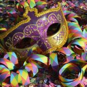 Eine Karnevalsmaske ist auf Konfetti und Luftschlangen gebettet. Foto: pixabay
