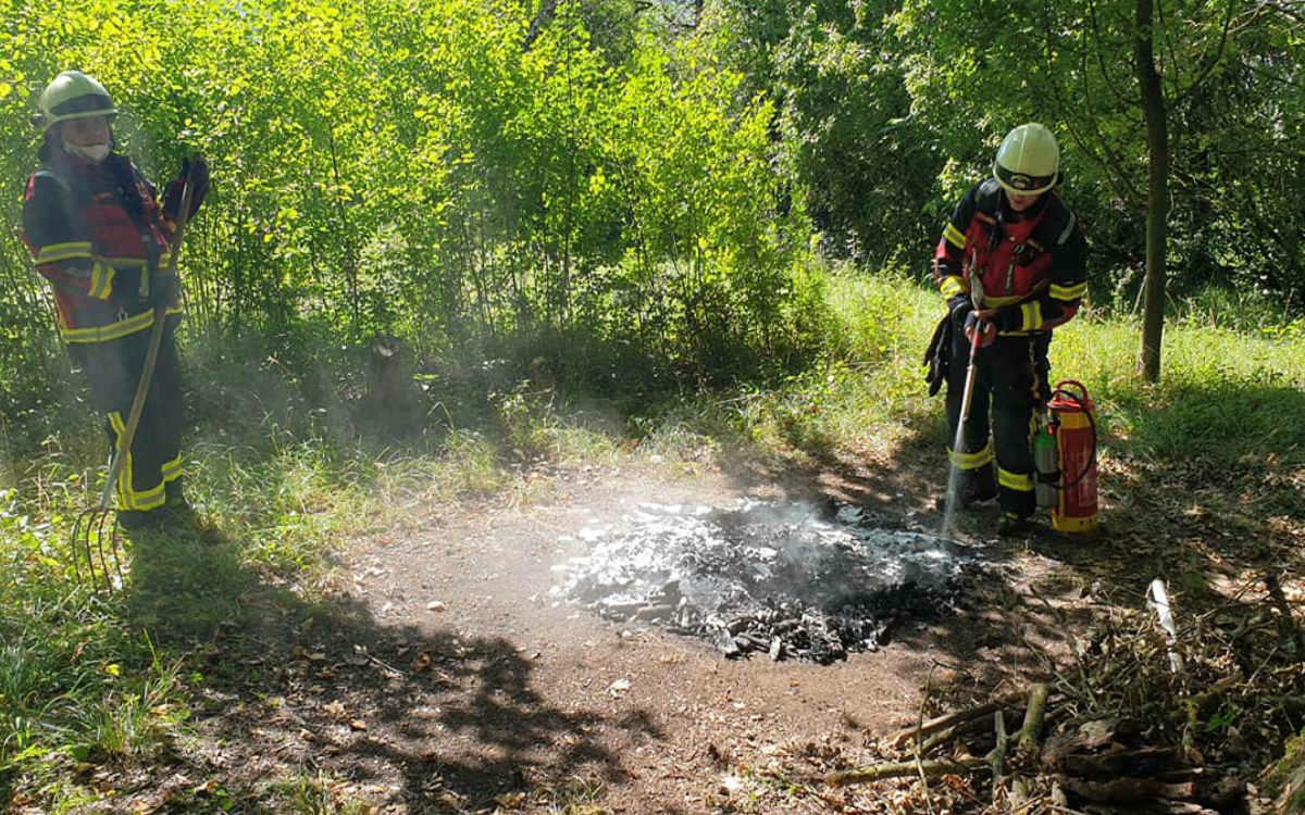 Die Feuerwehr Bindlach wurde zu einer tiefschwarzen Rauchsäule gerufen. Foto: Feuerwehr Bindlach