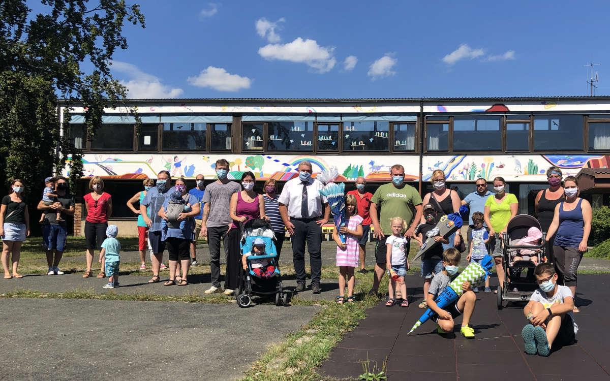 Eltern, Kinder und Politiker setzen sich für den Erhalt der Grundschule Schnabelwaid ein. Foto: Frederik Eichstädt