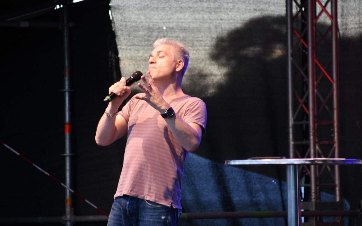 Michael Mittermeier auf der Seebühne in der Wilhelminenaue in Bayreuth. Niesen in der Corona-Krise. Foto: Christoph Wiedemann