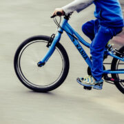 Ein Junge (11) musste auf dem Fahrrad einer Autotüre ausweichen. Er krachte gegen eine Straßenlaterne. Foto: pixabay