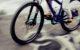 Ein Autofahrer hat zwei Radfahrer übersehen und ist mit ihnen zusammengeprallt. Symbolfoto: pixabay