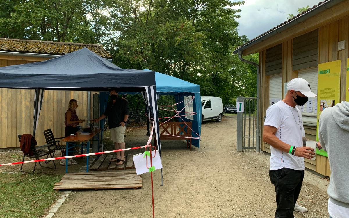 Der Ausgang zum Festivalgelände des Kraut & Rüben Open Airs. Foto: Katharina Adler