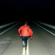 Ein Mann rennt auf der Straße weg. Foto: Joshua Ness/unsplash