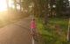 Ein Mädchen fährt mit dem Fahrrad auf der Straße. Foto: pixabay