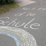 """""""Rettet die Schule"""" steht mit Kreide vor der Grundschule Schnabelwaid. Jetzt setzt sich auch Landrat Florian Wiedemann für den Erhalt der Schule ein. Foto: privat"""