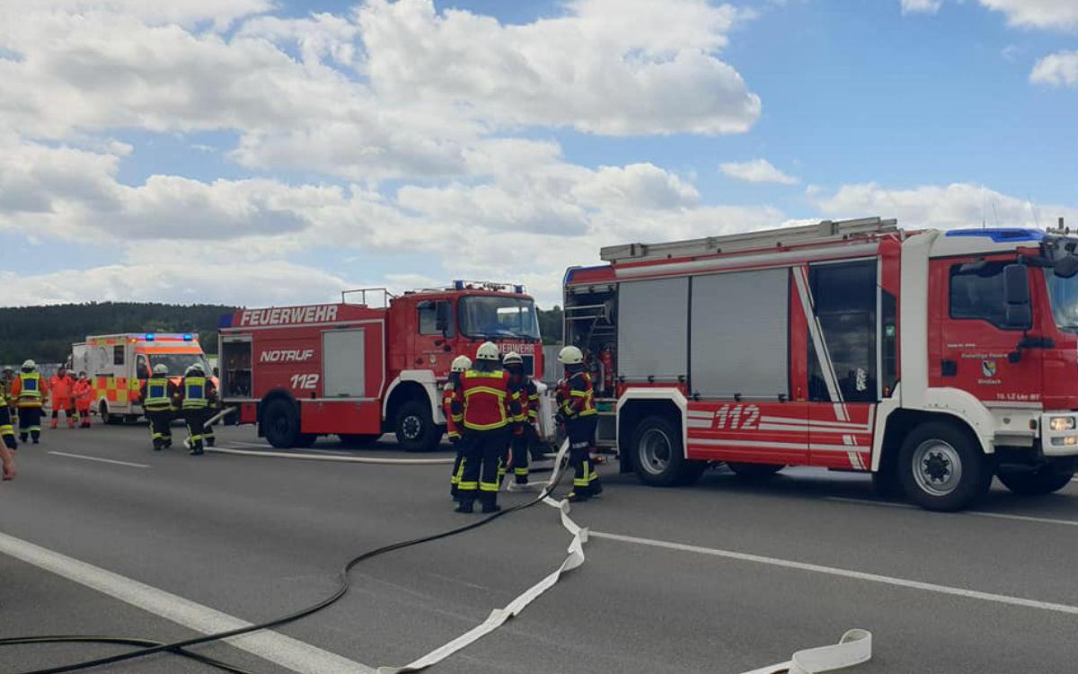 Die Feuerwehr Bindlach löscht den brennenden Mercedes. Foto: Feuerwehr Bindlach