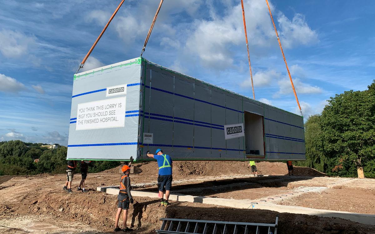 Der Kran hebt das Modulbauteil vom Laster und setzt es auf das Fundament am Gelände des BKH Bayreuth. Foto: Katharina Adler
