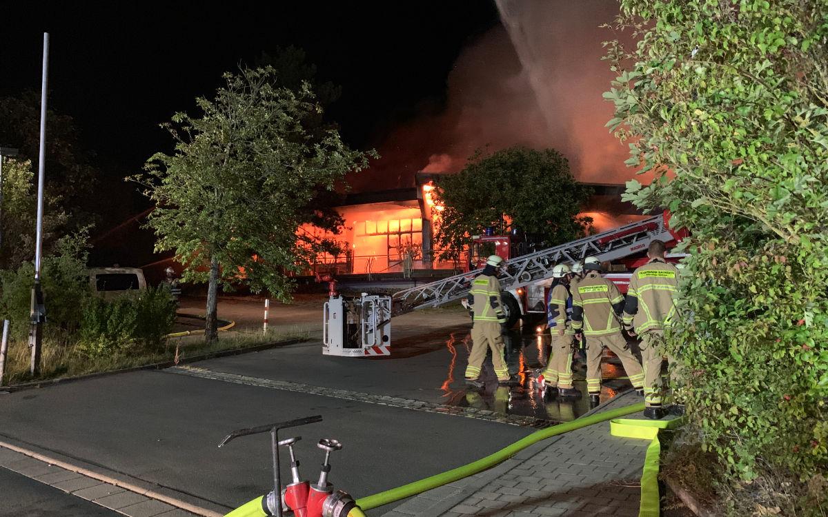 160 Feuerwehrleute kämpften vor Ort gegen die Flammen in der Behindertenwerkstatt (Lebenswerk Bayreuth). Foto: Katharina Adler