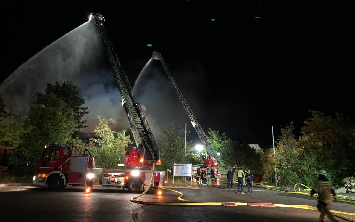Die Feuerwehr ist noch mit den Nachlöscharbeiten beschäftigt. Foto: Katharina Adler