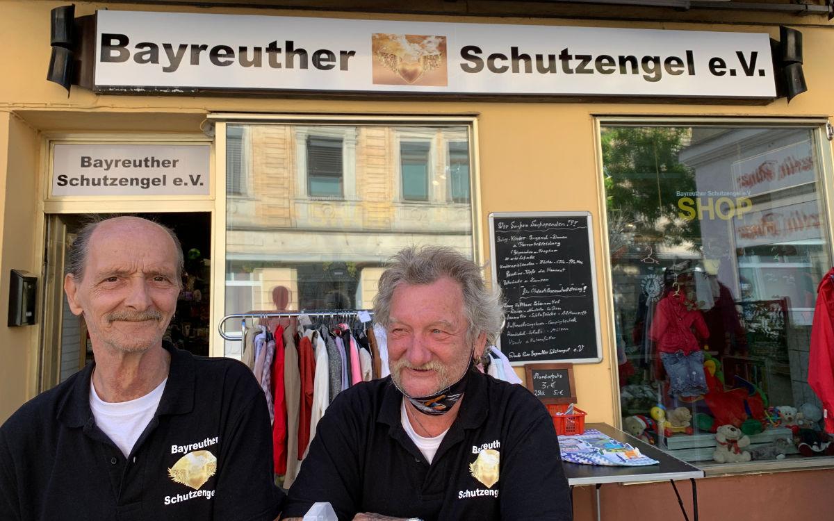 Vorsitzender Detlef Dehnert und Kassenwart Peter Meisel (v.li.) von Schutzengel e.V. stehen vor dem Vereinsgeschäft. Foto: Katharina Adler