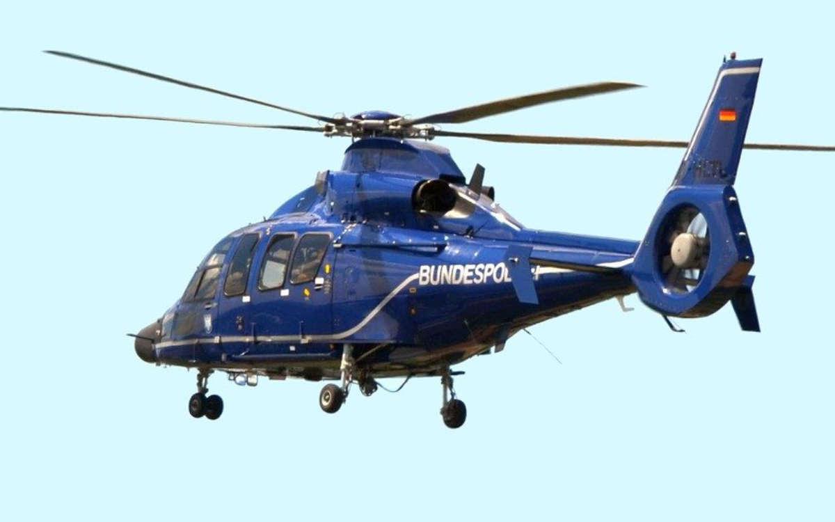 Im Landkreis Hof ist ein Mann nach einem Unfall geflüchtet. Die Polizei suchte ihn mit einem Hubschrauber. Symbolfoto: Pixabay