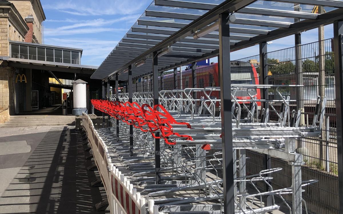 Am Bayreuther Hauptbahnhof gibt es ab Montag (31.8.2020) eine neue Anlage zum Abstellen von Fahrrädern. Foto: Stadt Bayreuth