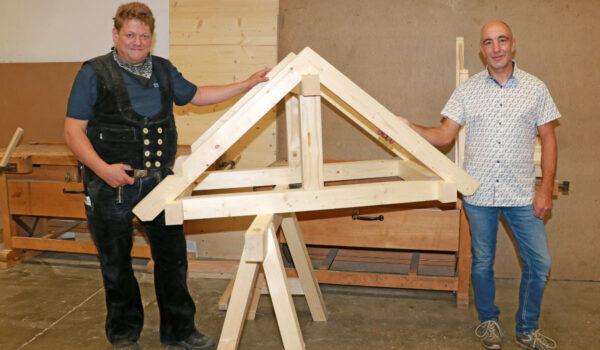Zusammen mit Ausbildungsmeister Bernd Vogel blickte Josef Wirtz (rechts) in die Lehrwerkstätten der Handwerkskammer für Oberfranken, um zu sehen, was ihn am ersten Ausbildungstag erwartet. Foto: HWK für Oberfranken