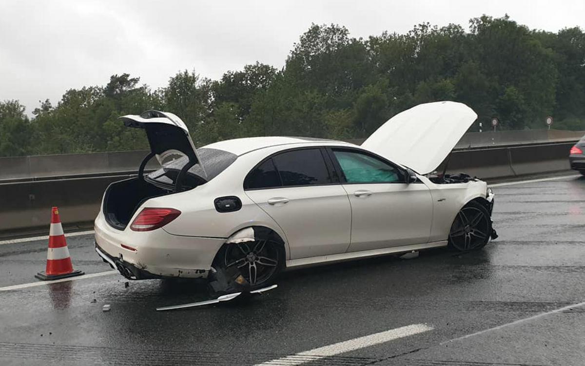 Auf der A9 am Bindlacher Berg ist ein Mercedes bei Regen zu schnell gefahren und in die Leitplanke gekracht. Foto: Feuerwehr Bindlach