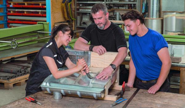 Dachdecker ist auch während der Corona-Krise ein sicherer Job. Foto: ZVDH/akz-o