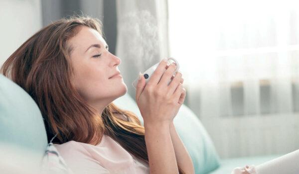 Viele Menschen plagen gerade jetzt Sorgen. Pflanzliche Arzneimittel wie Lasea können die seelische Anspannung lösen, die innere Ruhe fördern und so zu besserem Schlaf verhelfen. Foto: leszekglasner/stock.adobe.com/akz-o
