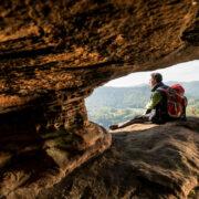 Im abwechslungsreichen Terrain der Pfalz finden sich immer wieder schöne Aussichtspunkte. Foto: djd/BKK Pfalz/Dominik Ketz