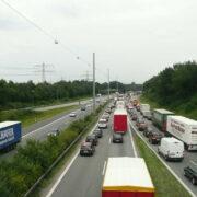 Schockmoment auf Autobahn in Oberfranken: Unbekannte werfen Gegenstand auf Auto. Symbolfoto: pixabay