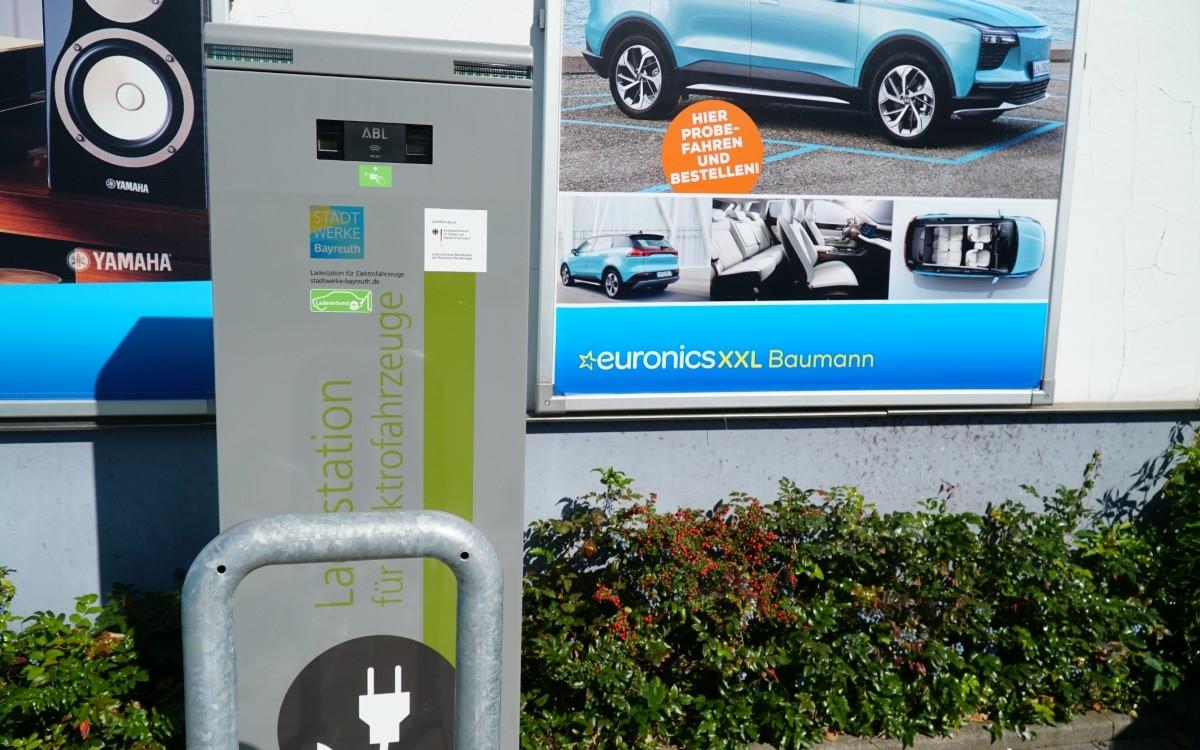 Euronics Baumann in Bayreuth: Normalerweise kauft man da Handys, Computer oder Kühlschränke. Jetzt gibts da auch Autos. Foto: Raphael Weiß