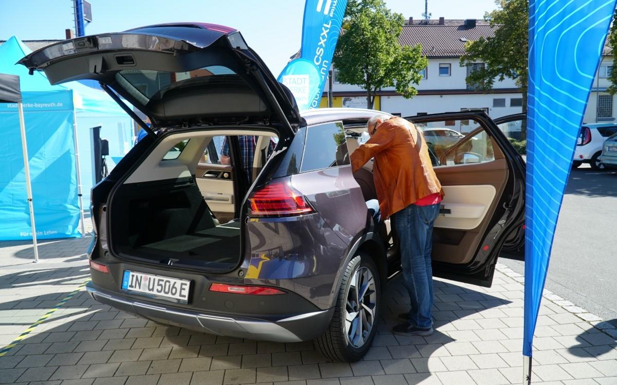 Bayreuther Elektrofachmarkt Baumann verkauft jetzt Autos. Foto: Raphael Weiß
