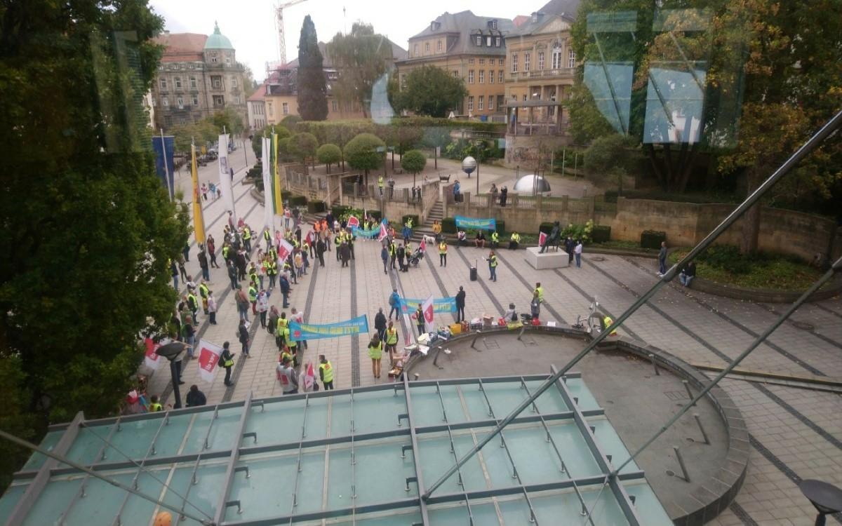 ver.di Warnstreik am 29.9.2020 vor dem Atrium der Schlossgalerie in Bayreuth. Drinnen tagte der Stadtrat. Foto: Raphael Weiß
