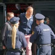 """Samuel Eckert von """"Querdenken"""" mit dem HNO-Arzt Bodo Schiffmann am am 29.9.2020 in Bayreuth. Foto: Raphael Weiß"""