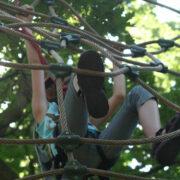 Ein Kind klettert an einem Kletternetz. Foto: pixabay