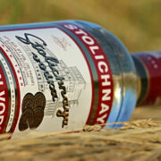 Ein Unbekannter ist in Oberfranken in einen Supermarkt gegangen und hat eine Flasche Schnaps ausgetrunken. Foto: pixabay