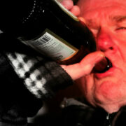 Ein Mann trinkt Bier. Foto: pixabay
