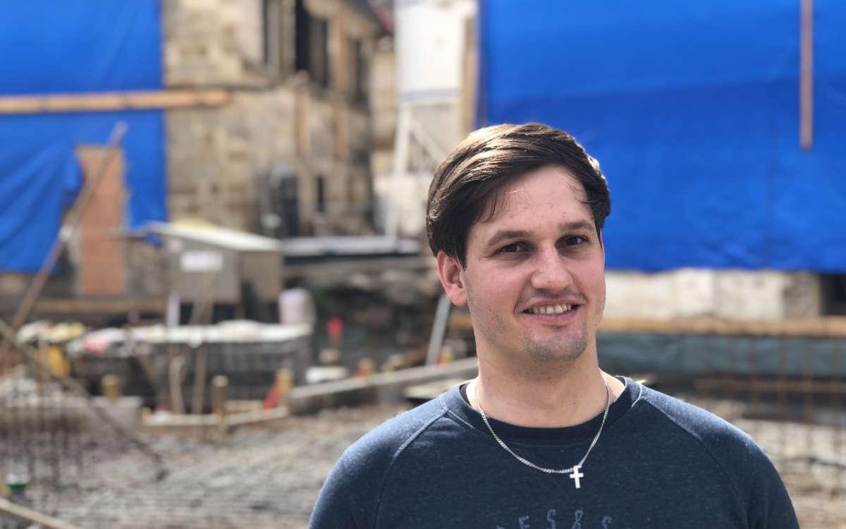 Der operative Geschäftsführer Sebastian Wenk vor der Baustelle des neuen Hotels auf dem Gelände der Maisel's Bier-Erlebnis-Welt. Foto: Frederik Eichstädt