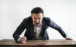Ein Mann haut wütend mit der Faust auf den Tisch. Foto: Pexels