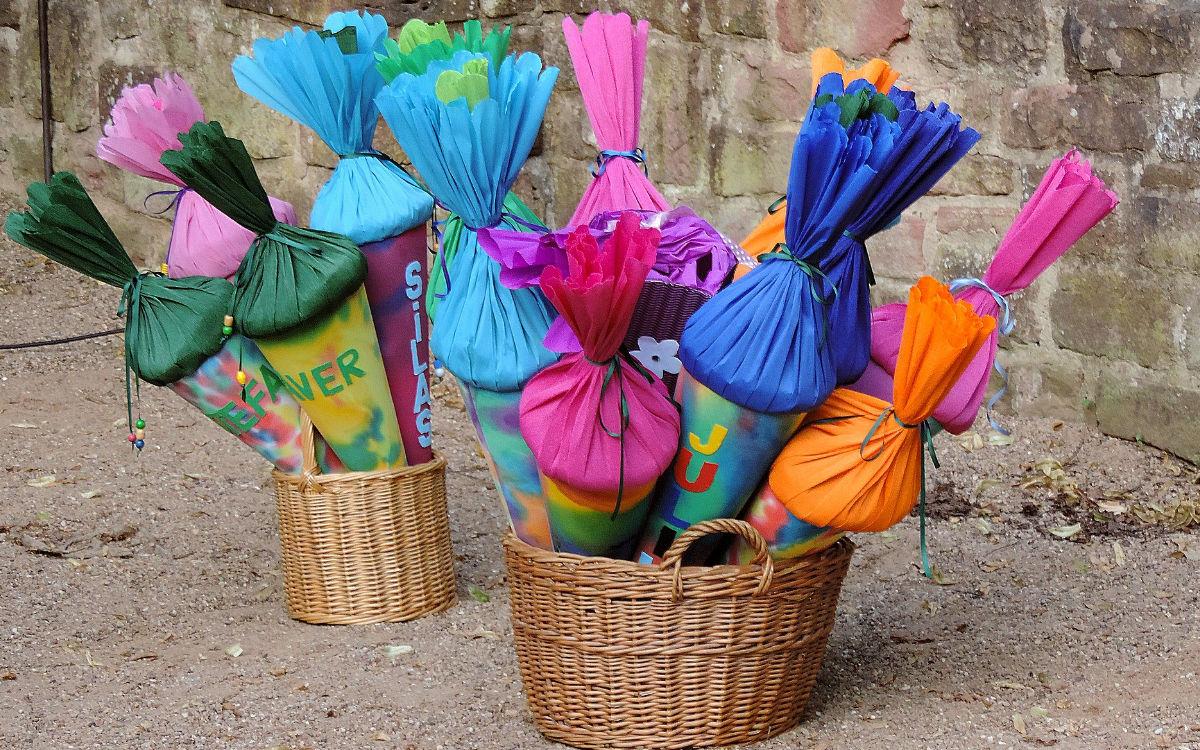 Schultüten stecken in Körben. Foto: pixabay