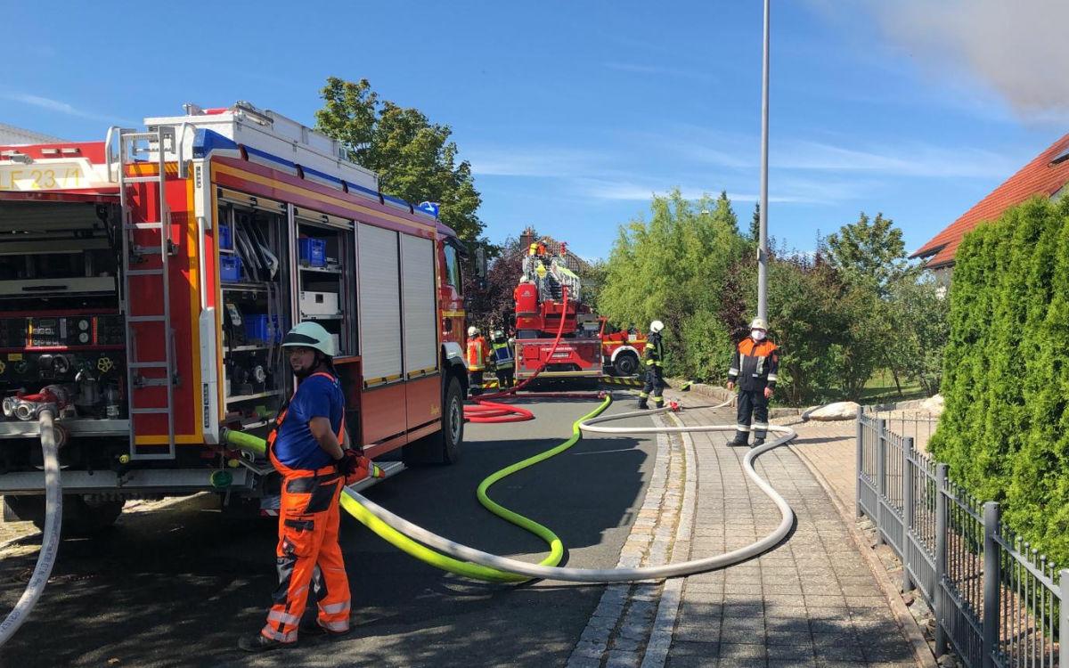 Die Feuerwehr löscht in Kulmbach ein brennendes Haus. Foto: Raphael Weiß