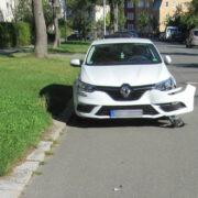 Ein Unbekannter hat den Renault in Hof angefahren und ist danach einfach abgehauen. Foto: Polizei Hof