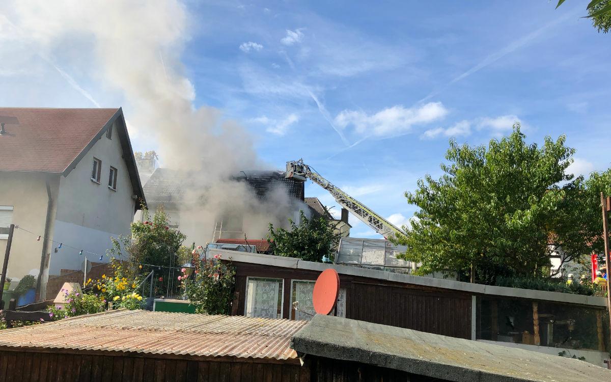 Ein Haus brennt in der Polarstraße im Bayreuther Stadtteil Aichig. Foto: Katharina Adler