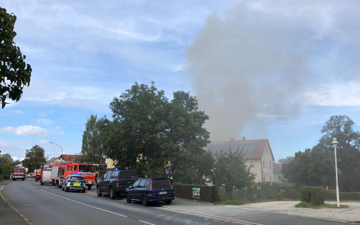 Feuer in Aichig. In Bayreuth brennt es. Die Einsatzkräfte sind vor Ort. Foto: Katharina Adler