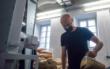 Hobbybrauer Christoph Wolfrum beim Malzschroten in der Brauwerkstatt der Maisel-Brauerei