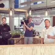 """Der Bayreuther Start-Up-Unternehmer Carsten Detzer präsentiert seine Aroma Filter für Kaffee im Fernsehen beim MDR in der Sendung """"Einfach genial"""". Foto: Einstein 1"""