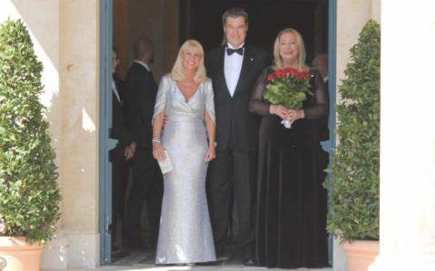 Die Passauer Neue Presse berichtet, dass Katharina Wagner wieder gesund sei und nach Bayreuth zurückgekehrt ist. Auf dem Bild sieht man sie (rechts) mit Markus Söder (mitte) und Ehefrau (links) bei der Eröffnung der Festspiele 2019. Archiv: Redaktion