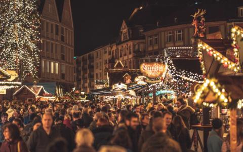 Dichtes Gedränge auf einem Weihnachtsmarkt. Foto: pixabay